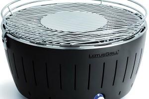 LotusGrill XL Gray, bezkouřový gril na dřevěné uhlí s grilovací plochou o průměru 44 cm, vhodný do interiéru, zásobník na uhlí na 45–60 minut provozu, prodává Euronics, 6 669 Kč