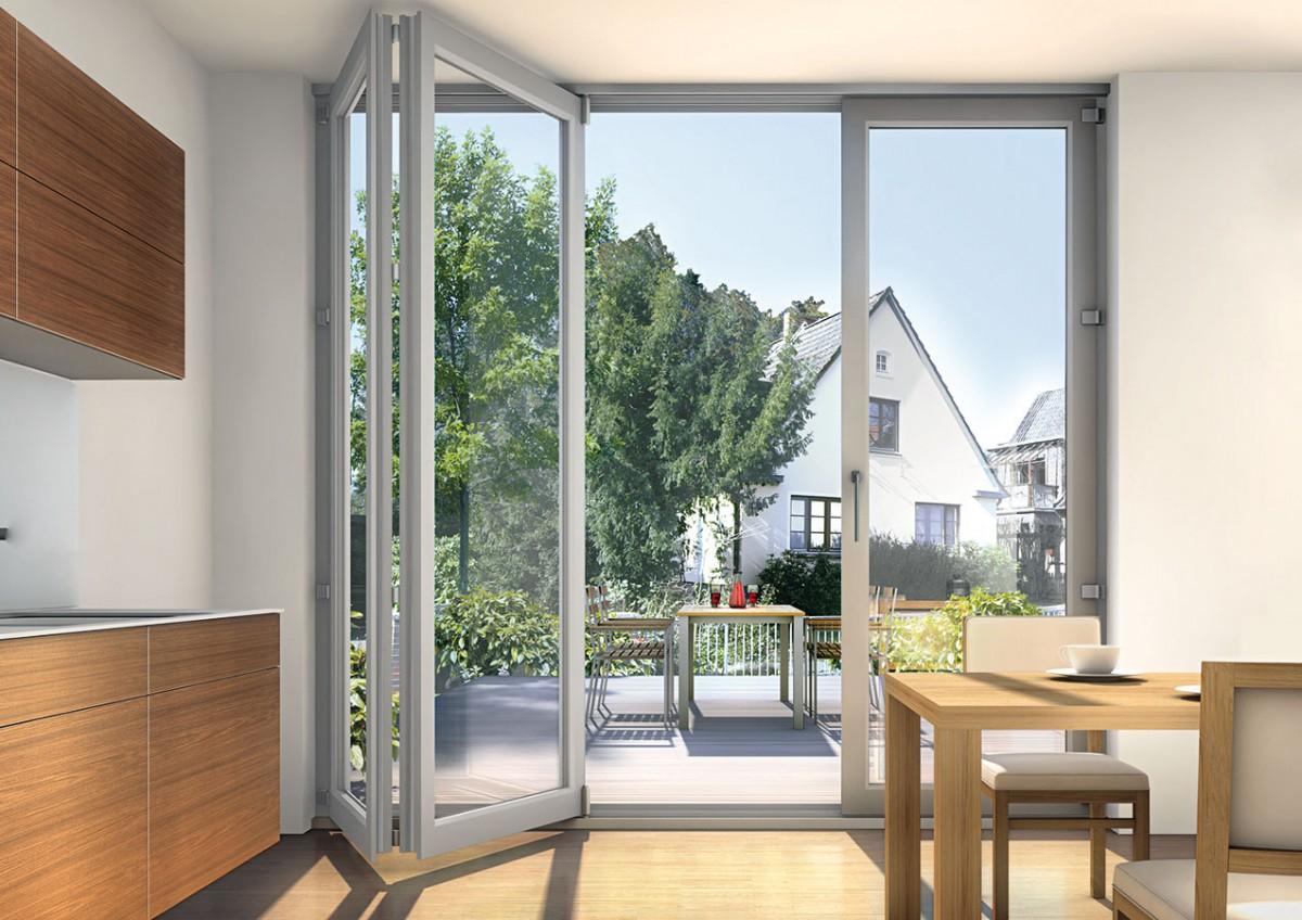 Elementy skládacích dveří se dají jednoduše a bezpečně odsunout a složit k boční stěně, takže vznikne široký bezbariérový průchod mezi interiérem a exteriérem. Systém dovoluje kombinovat až 7 pohyblivých křídel, čímž lze dosáhnout šířky otevírání větší než 6 m. FOTO Inoutic