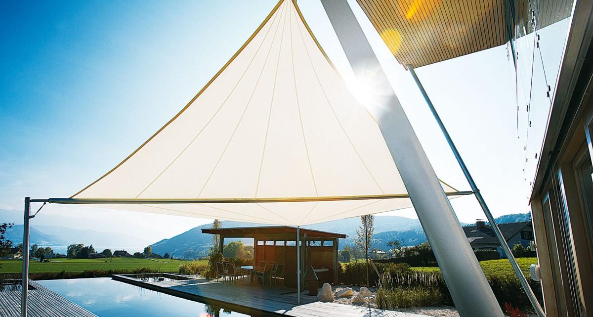 Sluneční plachty Soliday Sunsails se navrhují individuálně, na míru, přičemž jedinou čtyřúhelníkovou plachtou lze zastínit až 80 m2. Navíjejí se na hřídel, na výběr je ruční nebo motorické ovládání se sluneční avětrnou automatikou. FOTO SOLIDAY