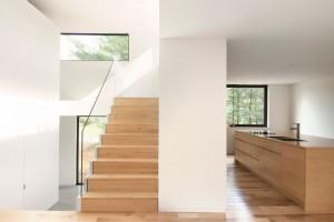 Aby byla osobní zóna uchráněna pohledům zvenčí, zvolili architekti pro třetí úroveň jen úzké pásové okno – propouští dostatek světla, ale mnoho neodhaluje. Foto: Maxime Brouillet