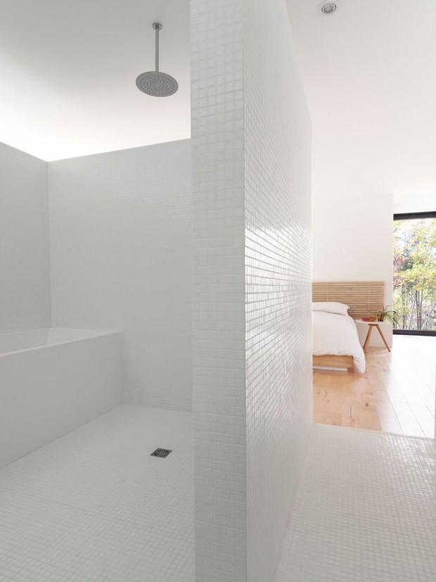 Přestože nemá dveře, postavení stěn zachovává koupelně soukromí. Ve snaze navodit maximální pocit čistoty, architekti ji zahalili do do mozaiky z bílého skla a vybavila jen bílým nábytkem a předměty. Foto: Maxime Brouillet