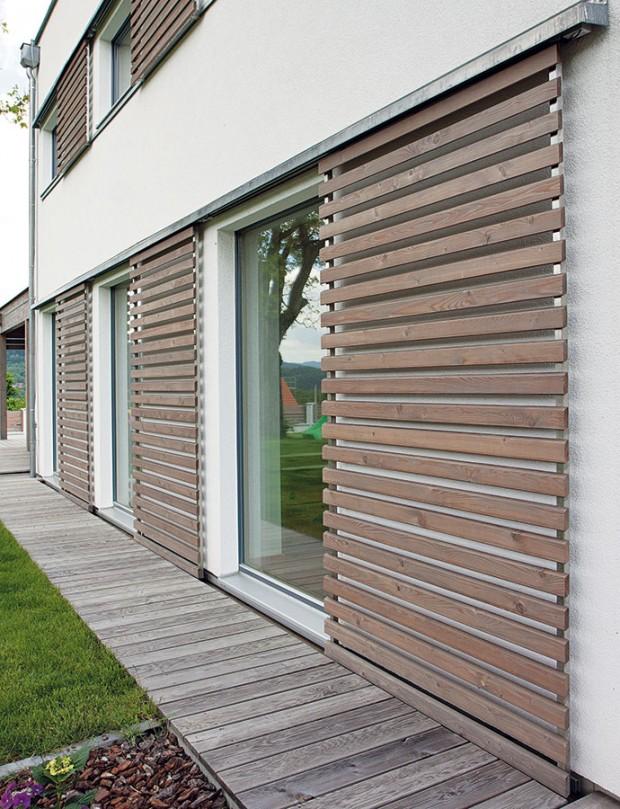 Užitečné oživení. Originální stínicí prvky mohou vedle svých praktických funkcí zároveň oživit azatraktivnit architekturu domu – zejména uenergeticky úsporných staveb, které bývají tvarově jednoduché, je takové spojení ku prospěchu architektuře ikomfortu. FOTO: Makrowin