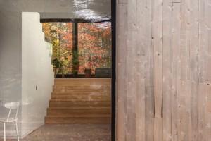 Zvenku dům kryje přírodní fasáda z cedrových prken, která časem přirozeně zešedne a ještě lépe tak zapadne do prostředí okolního lesa. Mimikry pak bude narušovat jen černé orámování oken. Foto: Maxime Brouillet