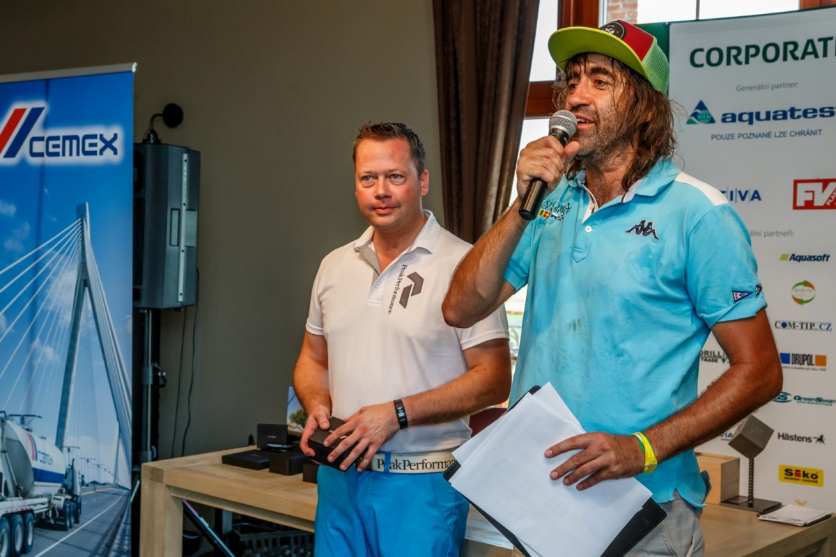 Golfový turnaj pro obchodní přátele společnosti CEMEX vtipně moderoval Jakub Kohák.