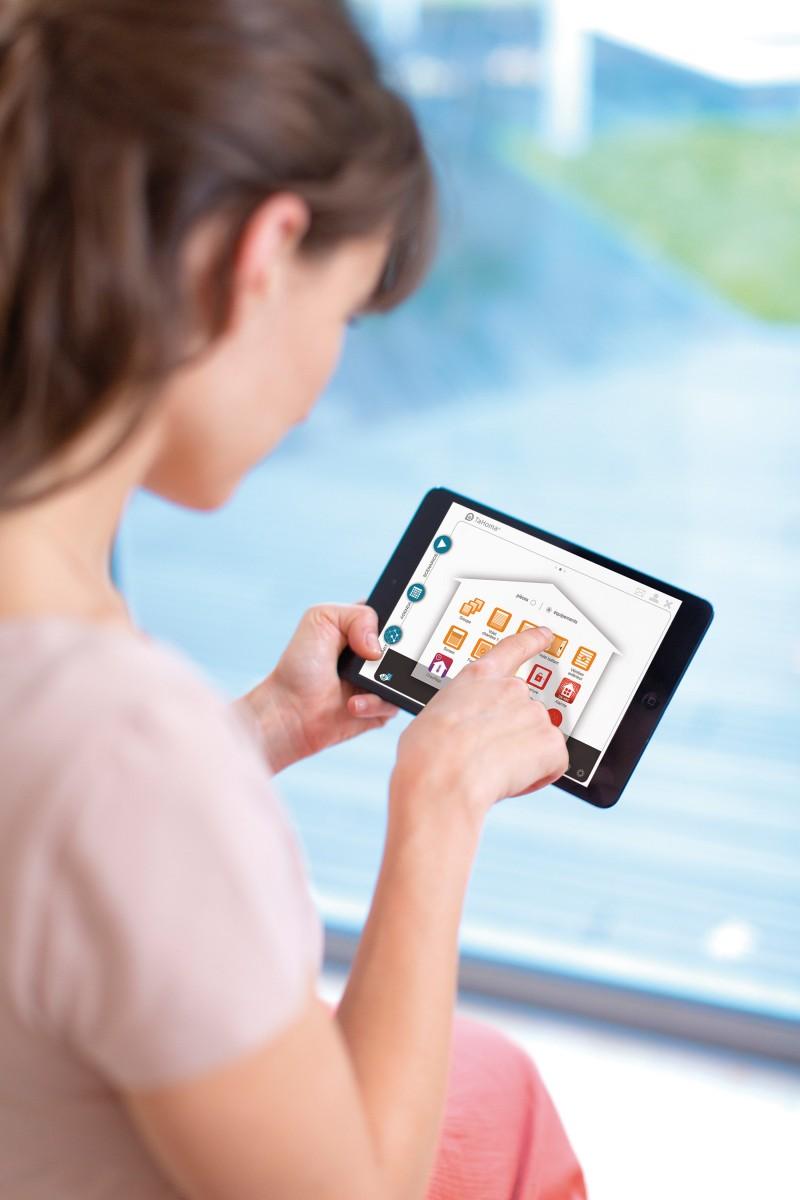 TaHoma® rozhraní - Z úvodní obrazovky řídíte a dohlížet na svůj propojený domov, pomocí 3 menu jednoduše ovládáte všechny funkce.