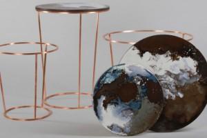Rotující planety. Elisa Strozyk okozluje produktem i procesem. Vesmírné vzory stolků vznikly oxidací glazur na kovech, která probíhala během jejich rotování. Díky tomu je každý z nich originálem. (foto: Elisa Strozyk)