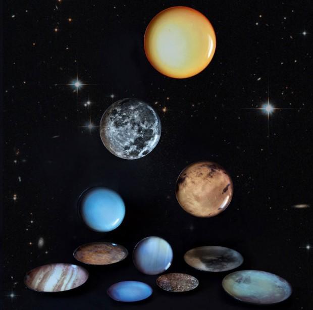 Večeře na Plutu. Název Cosmic dinner nese kolekce porcelánového nádobí, reprezentující planety sluneční soustavy, slunce a měsíc. Vzešla z koprodukce značek Moroso a Seletti a poslouží při stolování nebo jako originální nástěnná dekorace. (foto: Moroso & Seletti)