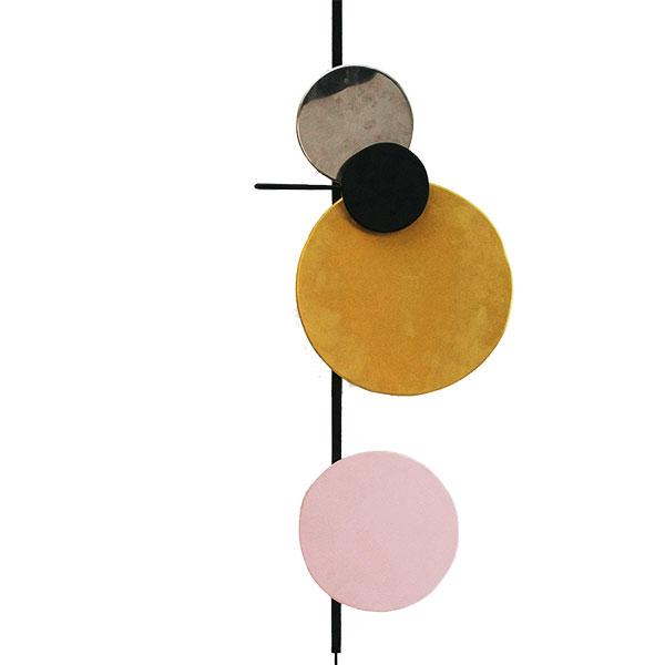 Vesmírné světlo. Kompozici barevných kruhů představujících planety lze díky magnetům jednoduše měnit podle nálady a chuti. Svítidlo Planet Lamp je elegantní, moderní i hravé zároveň. (foto: Mette Schelde)