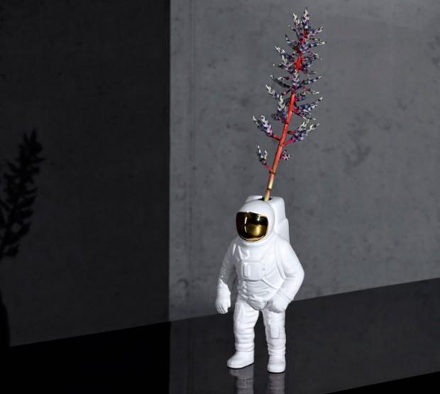 Galantní kosmonaut. Váza Starman je rozšířením kolekce Cosmic Dinner. (foto: Diesel & Seletti)