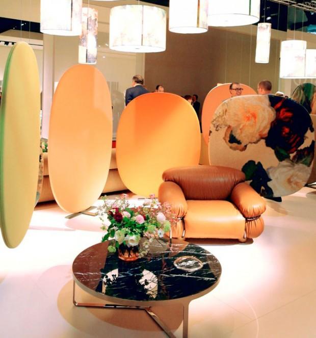 Květinové paravány strukturovaly kompozici nábytku a svítidel značky Tacchini. Svítidla a posuvné stěny, které by mimo kontext působily útle, ve skutečnosti ohromují svou naléhavostí v prostoru, zjemněnou důsledně zvolenými barvami.(foto: Lucia Kušnírová)