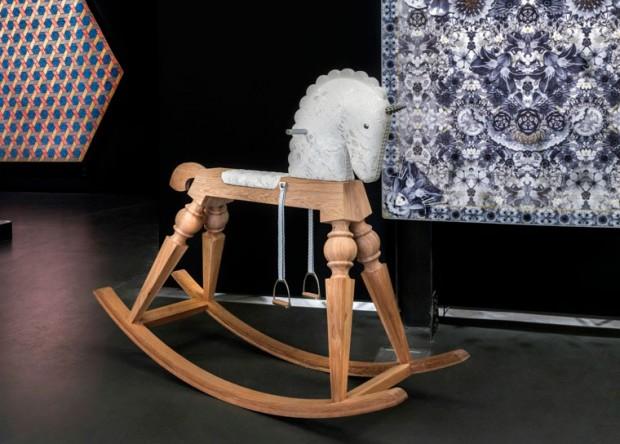Nasedněte na jednorožce a splňte si tak dětský sen – u značky Moooi. Houpacího koníka Arion v limitované edici navrhl pro dospělé Marcel Wanders. (foto: Moooi)