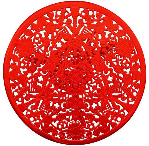 Odkaz na tradici kovového nábytku z 18. století redesignovalo Studio Job pro značku Seletti. Původní tvary nábytku oživili vzory dětských symbolů. (foto: Seletti)