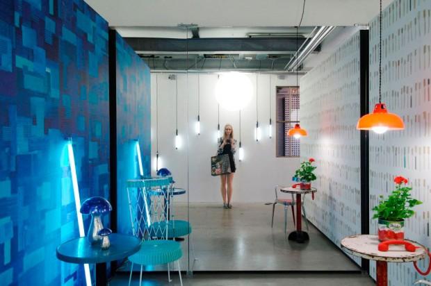 """Přátelská hravost výstavy značky NLXL s podtónem """"lidskosti"""". Industriální prostory hrající barvami jsou aktuálně jedním z největších hitů interiérového designu. (foto: Lucia Kušnírová)"""