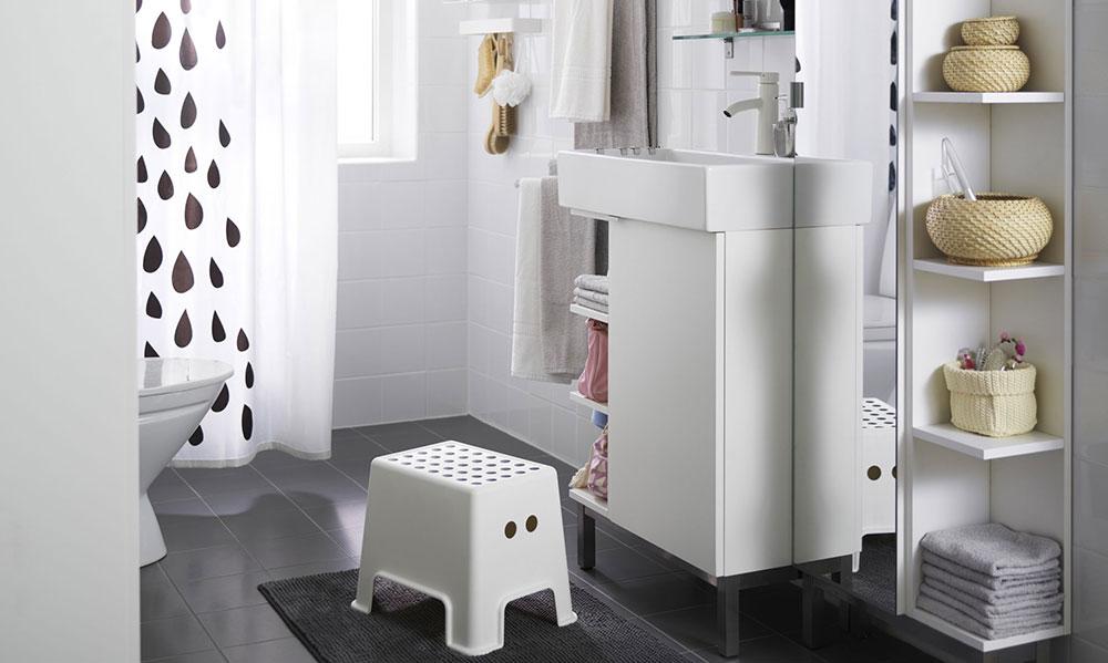 Strohou koupelnu můžete oživit výběrem originálních doplňků
