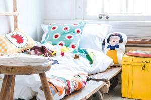 """Recyklujeme. Nemáme na mysli zrovna to, že dětem """"nacpete"""" do pokoje letitý sektorový nábytek z vašeho původního obýváku či ložnice. Ale promyšlený výběr kvalitních kousků v bazarech a vetešnictvích může dát sympatický základ prostoru, který bude dítě bavit dlouhá léta. Rozveselíte ho snadno kreativními textiliemi, barevnými solitérními kusy, veselými svítidly a doplňky."""