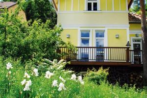 Romantické umístění vily i sousedství lesoparku si přímo říkalo o neformální přírodní pojetí revitalizace přilehlého pozemku.