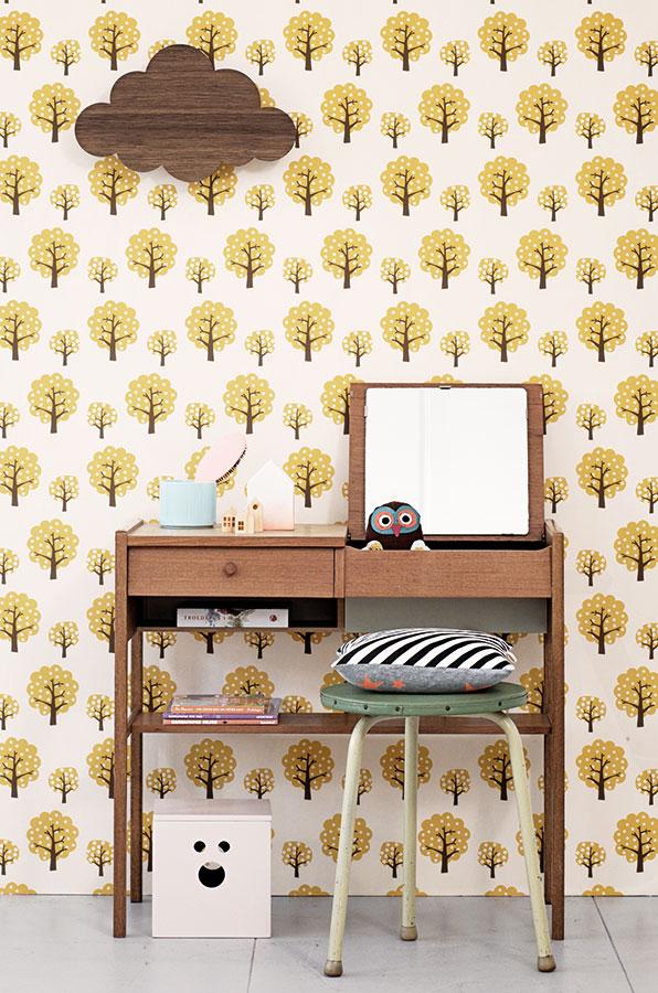 Papírová tapeta Yellow Tree, šířka role 53 cm, délka 10,05 cm (lepidlo není součástí balení), www.nordicday.cz, 2 019 Kč FOTO FERM LIVING