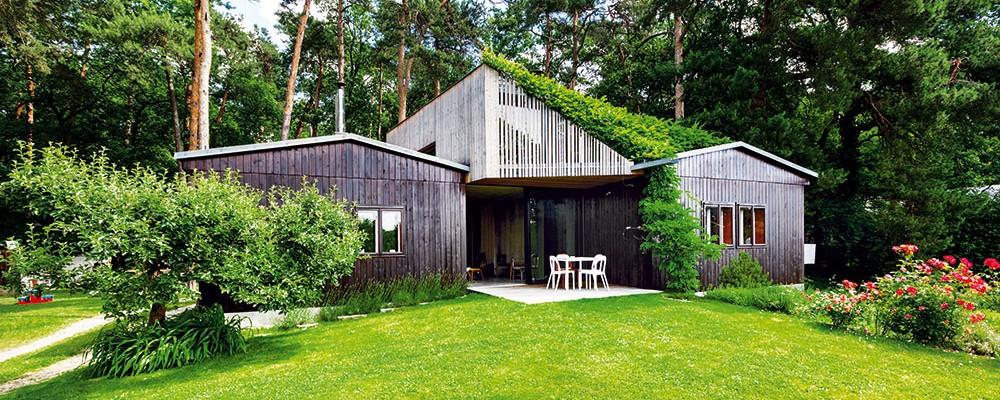 Dům, který neztratil nic z půvabu víkendové chaty, nabízí rodině plnohodnotný prostor pro život i práci