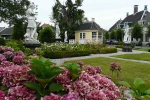Hortenzie mají tu výhodu, že se výborně kombinují s naprostou většinou zahradních rostlin. Také se skvěle hodí i k historickým stavbám. FOTO: LUCIE PEUKERTOVÁ