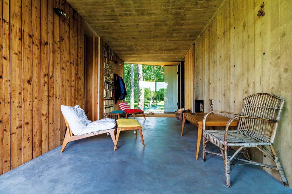 Dřevěný obklad souzní s protější betonovou zdí bedněnou do prken. FOTO DANO VESELSKÝ