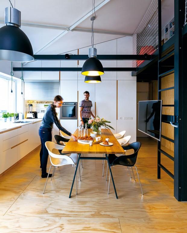 Industriální závěsná svítidla jako jediná designově podporují atmosféru loftu.