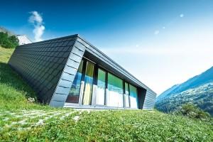 Velmi důležitou pro koncepci stavby byla myšlenka dopřát uživatelům nerušený výhled do krajiny. Proto jsou okna zastoupená ve všech výškových úrovních stavby. FOTO PREFA ALUMINIUMPRODUKTE