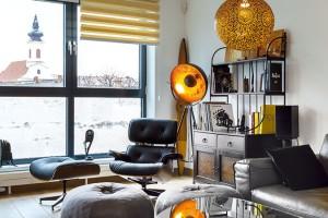Eamesovi, Le Corbusier a zebra. Africké suvenýry, skříňky ze starého bytu a několik kousků nadčasového designu z první poloviny minulého století. FOTO DANO VESELSKÝ