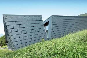 Zblízka dům připomíná plechového pásovce, jehož šupiny dům chrání před nepřízní alpského počasí. FOTO PREFA ALUMINIUMPRODUKTE