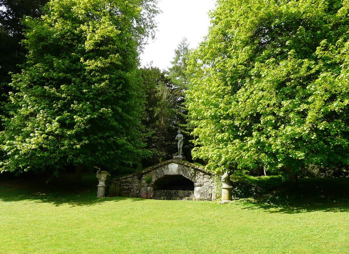 Pro anglickou zahradu je typická přítomnost nejrůznějších kamenných staveb: zahradních pavilonků, zídek a mostků, skulptur… Kameny také vymezují časté vodní prvky, jako jsou rybníčky, fontány nebo přírodní studánky. FOTO: LUCIE PEUKERTOVÁ