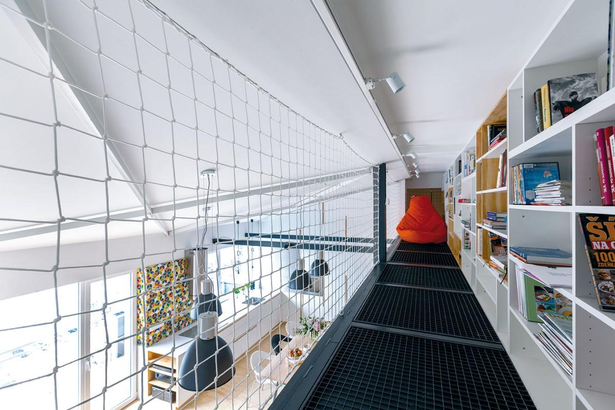 Galerie sknihovnou je jakýmsi hnízdem na čtení arelax.