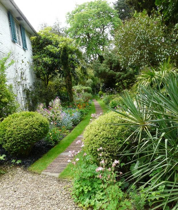 Díky mírnému klimatu se u Angličanů daří také druhům z jižních krajin. Dokážou je vkusně kombinovat s místní flórou a vytvářet tak jedinečnou atmosféru zahrad. FOTO: LUCIE PEUKERTOVÁ