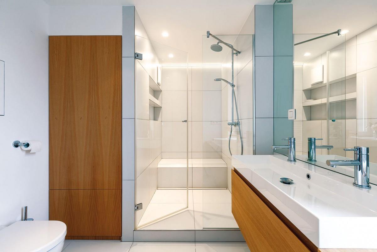 Velký sprchový kout svyzděným sezením je pro mladé rodiny často komfortnější než vana. Schůdek má zároveň dostatečnou šířku na umístění dětské vaničky. FOTO DANO VESELSKÝ