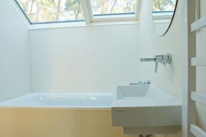 Koupelna svanou umístěnou pod střešními okny propojuje se zahradou ituto obvykle velmi intimní část interiéru. FOTO ŠTĚPÁN ZÁLEŠÁK