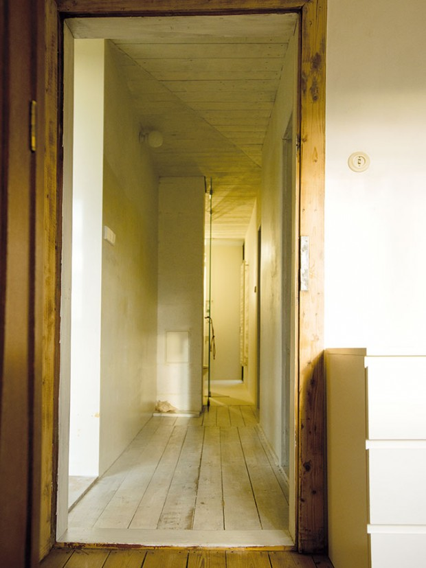 Návrat do přízemí – úzká chodba propojuje dětské pokoje skoupelnou vpřízemí askrz dveře vní ise zahradou. FOTO ŠTĚPÁN ZÁLEŠÁK