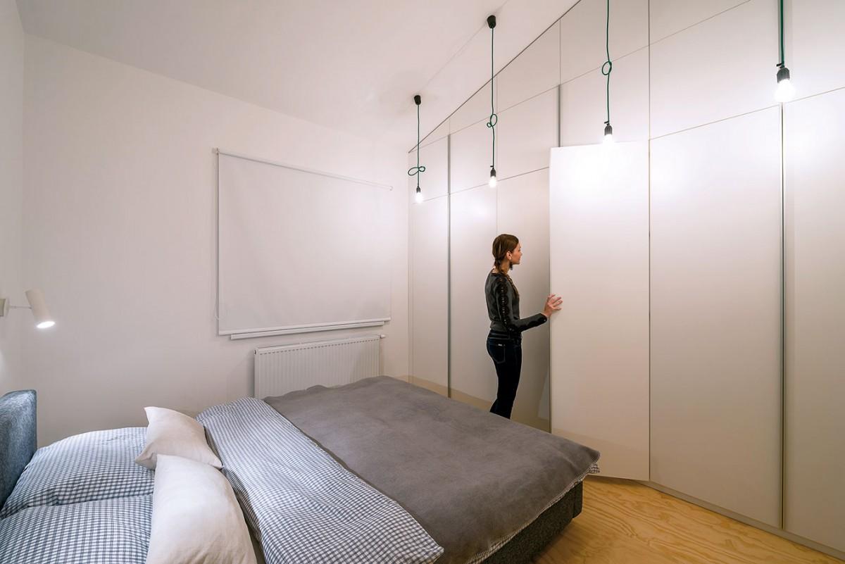 Vestavěné skříně vrodičovské ložnici maximálně využívají vysokou výšku prostoru. Materiálově korespondují se zbytkem vestavěného nábytku. FOTO PETER ČINČALAN