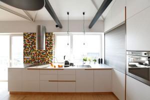 Kuchyňská pracovní deska zjednoduché bílé MDF desky plní ifunkci parapetu.
