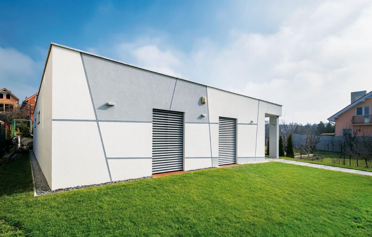 Nízkoenergetickému standardu odpovídá iorientace okenních otvorů avyužití venkovních žaluzií, které plní nejen tepelněizolační, ale ibezpečnostní funkci. FOTO XELLA