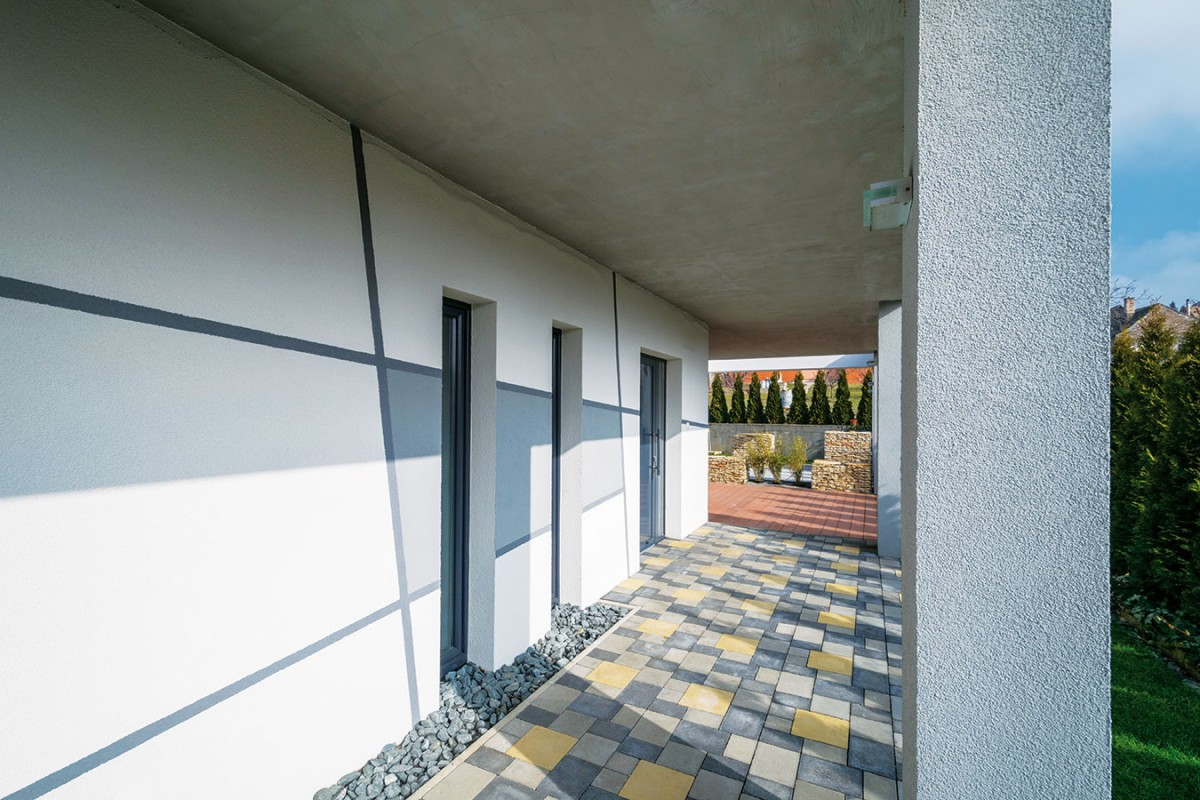 Šedá abílá jsou materiály, které vévodí barevnému řešení fasády, dlažeb idalších prvků. FOTO XELLA