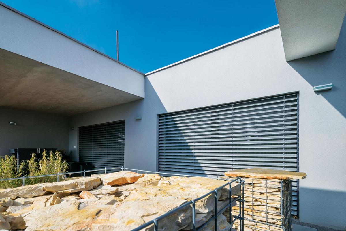 Struktura abarva gabionů vhodně doplňuje minimalistickou fasádu moderního bungalovu. FOTO XELLA