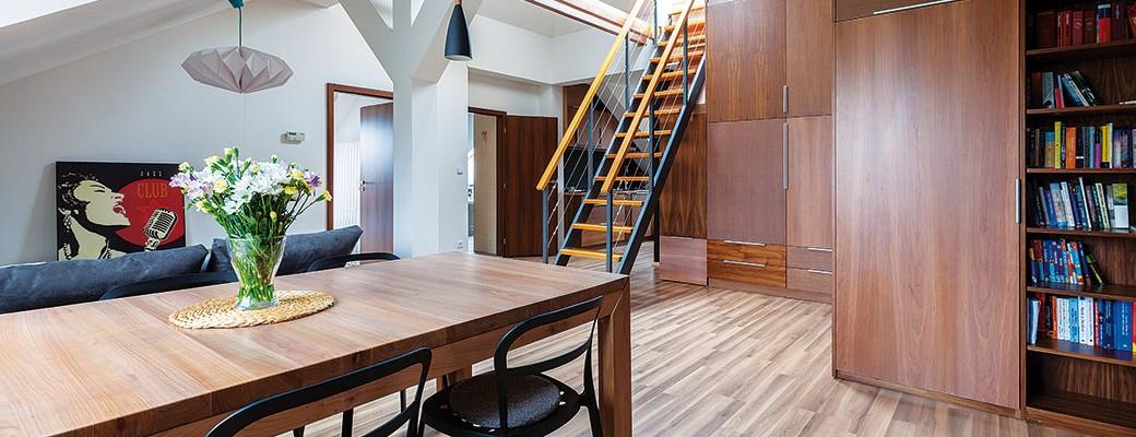 Atypický podkrovní byt s velkorysou výškou a příjemnou terasou