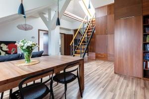 Podkrovní byt svou majitelku na první pohled zaujal svojí prostorností, vzdušností avelkorysou terasou na střeše.