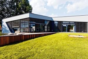 Jednopodlažní dům propojený se zahradou a přilehlým parkem u řeky