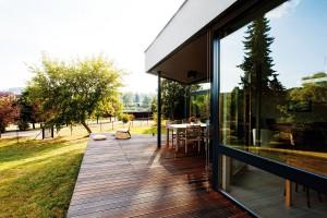 Architekti dokonale využili jedinečnost parcely – pohled na řeku nabízí každý zpokojů. FOTO JIŘÍ VANĚK
