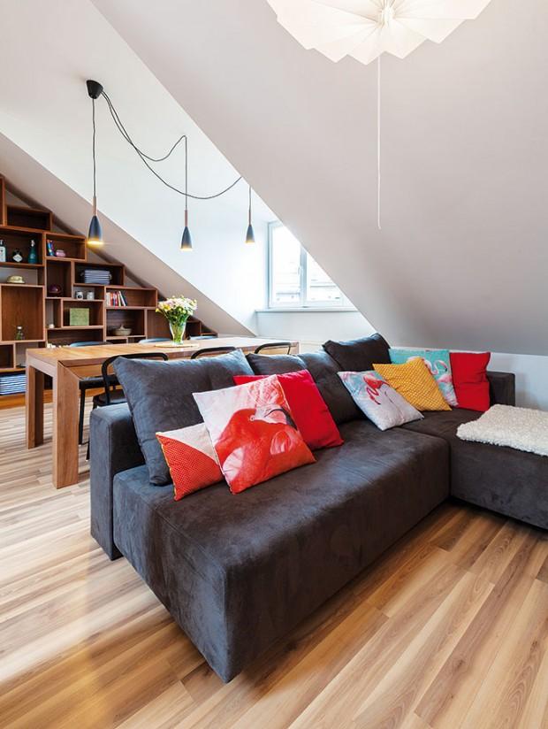 Pod šikminu do nejnižšího místa vobytném prostoru architektky umístily sezení spohodlnou apřestavitelnou pohovkou BonBon od Feydomu, tu si vybrala sama majitelka.