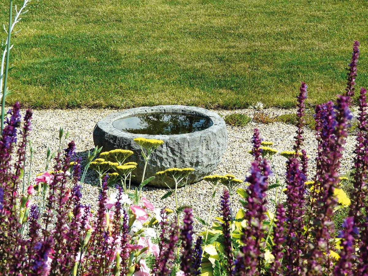 Netradiční pítko odráží ve své hladině okolní vegetaci adodává tak štěrkovému záhonu příjemnou atmosféru.