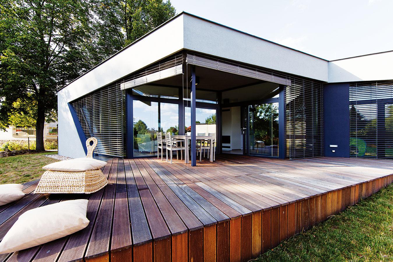 Pobytová terasa je důmyslně ukrytá za clonou žaluzií – funguje téměř za jakéhokoli počasí. FOTO JIŘÍ VANĚK