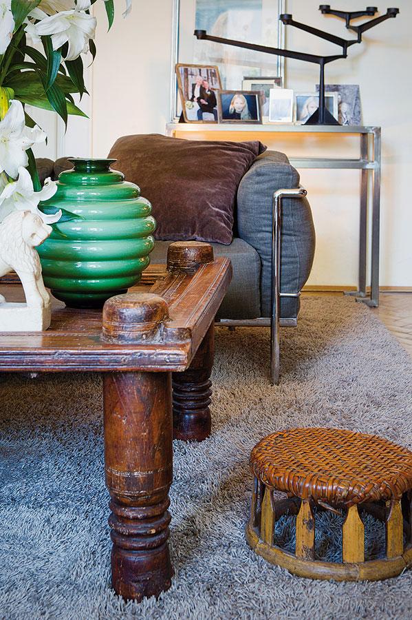 Umělecký dojem vyvolává kombinace starožitného stolku zindického Radžastánu, vietnamského taburetu, vázy zbenátského skla Venini aexpresivního moderního svícnu. FOTO JAROSLAV KVÍZ