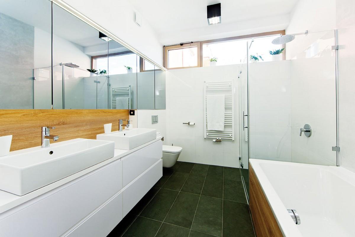 Obě koupelny jsou zařízeny moderně ajednoduše – odpovídají celkovému pojetí domu. FOTO JIŘÍ VANĚK