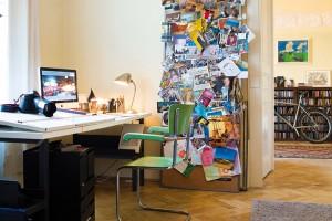 Pracovní koutek architekta Michaela je svět sám pro sebe. Stůl anástěnka jsou vyrobeny podle vlastního návrhu, oživil je zelenou židlí, kterou objevil ve staré školní jídelně. FOTO JAROSLAV KVÍZ
