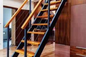 Schodiště na terasu je ústředním prvkem obytného prostoru.